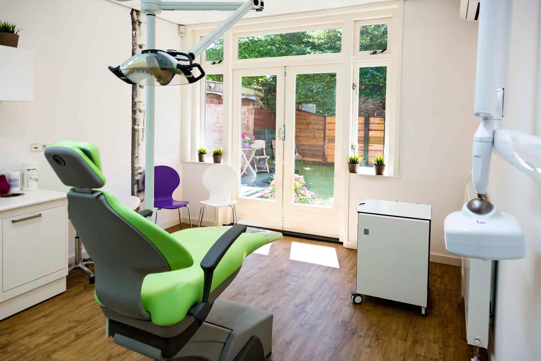 Onze behandelkamers zijn zo 'huiselijk' mogelijk ingericht. Natuurlijke rustige kleuren. In de behandelkamer heeft u zicht op een mooie tuin.